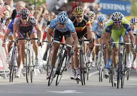 Gerald Ciolek wins a field sprint to take stage 2 of the '09 Vuelta