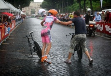 Menchov's bike change in the Giro