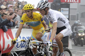 ... and they tie at the top, with Schleck barely winning the stage, and Contador keeping his yellow jersey