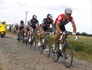 Thor Hushovd conquers the cobbles to take stage 3