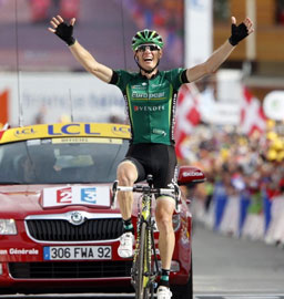 Pierre Roland wins Alpe d'Huez, takes the white jersey and the glory