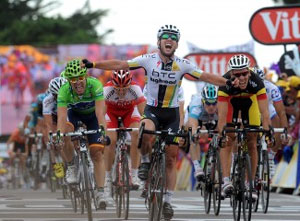 Cavendish wins a bunch sprint to take stage 5