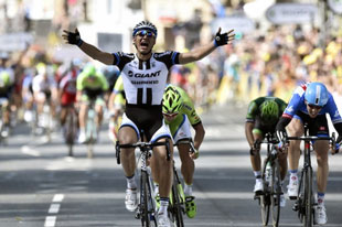 Marcel Kittel outsprints the field for the win