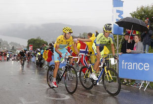Vincenzo Nibali marks Alberto Contador on the final climb of stage 8
