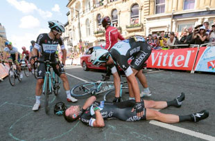 Mark Cavendish crashes out in stage 1